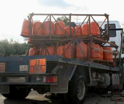 Ileso el conductor de un camión cargado de bombonas de butano que se cayó por un desnivel en Taboada