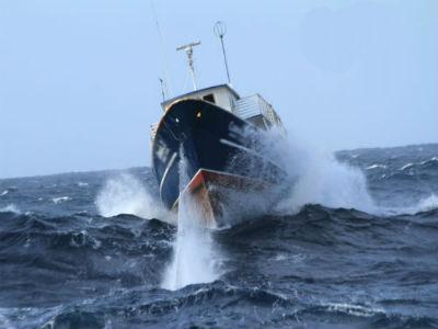 A alerta vermella por ondas de 5 metros deixa á flota galega amarrada a porto