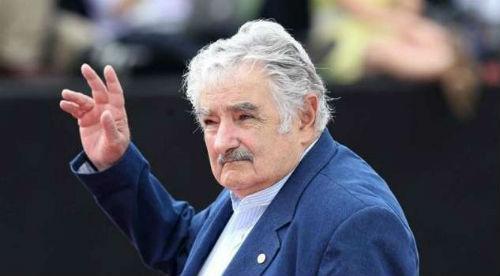 Miles de personas despiden a Mujica, que deja la presidencia de Uruguay con un 65% de apoyo popular
