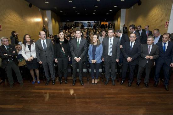 Feijóo, junto al presidente de la Diputación y algunos de los alcaldes firmantes del Plan, entre ellos el de Redondela, Javier Bas, este miércoles en Vigo
