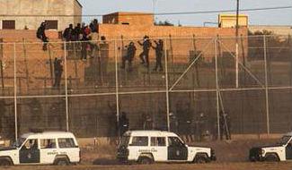 Decenas de personas saltan la valla de Melilla