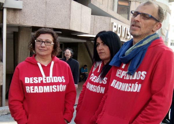 Los trabajadores en huelga de hambre, este viernes, delante de Povisa/Tresyuno Comunicación
