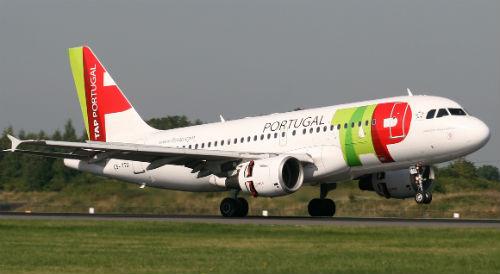 Avión de las líneas aéreas portuguesas, TAP, aterrizando