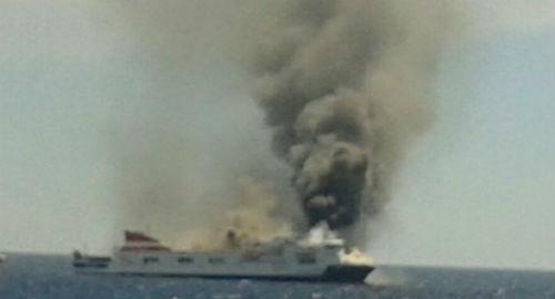 El 'cazaminas' Tajo, llega al lugar en el que está ardiendo el ferry 'Sorrento', con material antiincendios