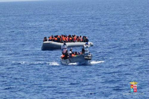 La Armada Italiana rescata a más de 4.200 personas que trataban de llegar a Europa en barcazas y lanchas neumáticas
