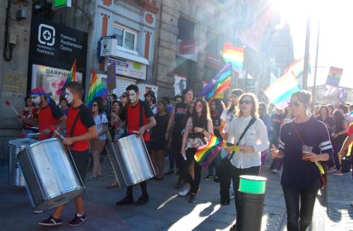 Centos de persoas maniféstanse en Vigo polo Día do Orgullo LGTBI