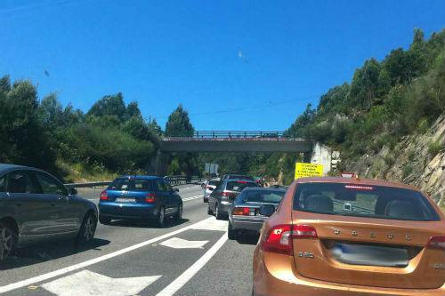 Cientos de conductores 'atrapados' durante dos horas en la Autopista tras un accidente en Rande