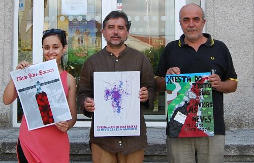Os membros do xurado, a xornalista Sara Vila, o alcalde de As Neves, Xosé Manuel Rodríguez Méndez e o profesor Agustín Valiño, co cartaz gañador e os dous cartaces finalistas
