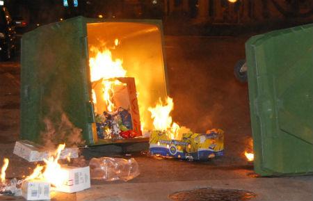 Contenedor ardiendo (archivo)/Tresyuno Comunicación
