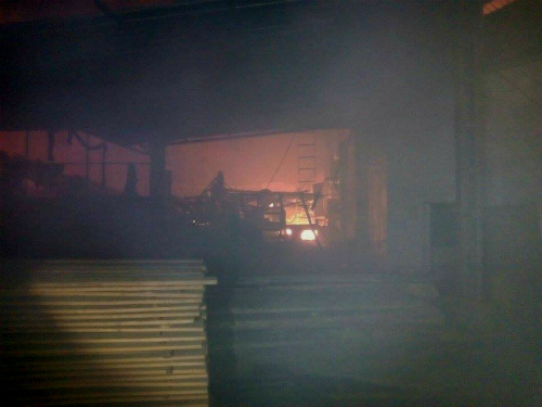 Un incendio arrasa una fábrica de transformación de madera, en Ponteareas