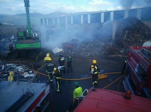 La rápida intervención del Servicio de Emergencias de Mos impide que el fuego arrase una empresa de Veigadaña