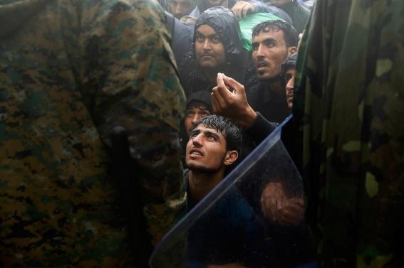 Mecedonia levanta una valla en su frontera con Grecia para evitar el paso de refugiados