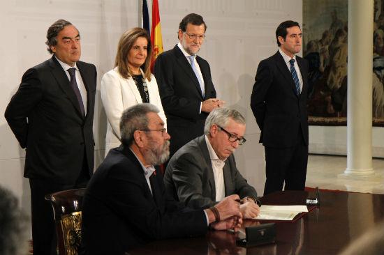 Los representantes de los 'sindicatos', de la patronal y el Gobierno firmando el acuerdo para el cobro de estos 426 €