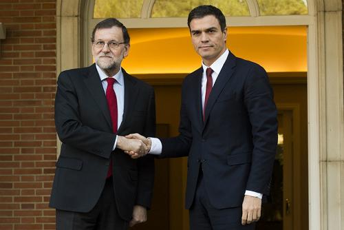 Saludo gélido del presidente en funciones y el secretario general del PSOE antes de la entrevista de este miércoles
