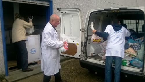 voluntarios descargando campaña colegios en nave cedida por Hospital Povisa