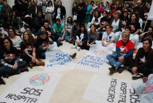 Cientos de personas se 'sientan' en el Meixoeiro para alertar de la demolición de la UCI y Rea Cardíaca