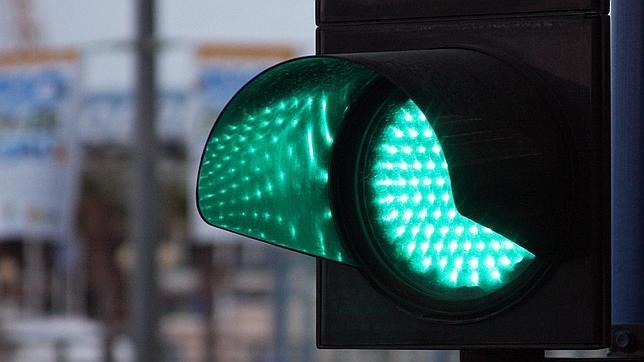 Choca contra un semáforo, lo arranca y se da a la fuga