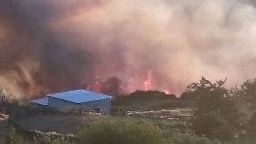 Los equipos contraincendios tratan de controlar un fuego que se ha declarado en Fornelos de Montes