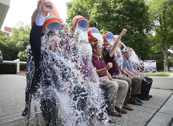 Descubren un gen que provoca el ELA gracias a la financiación conseguida con el Ice Bucket Challenge