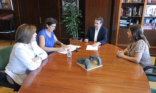 Firma del convenio entre el Concello de Vigo y la Rede de Mulleres contra os Malos Tratos