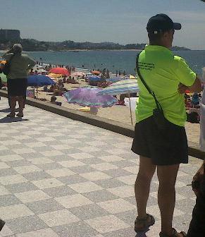 Una mujer herida grave tras caer del paseo de Samil a la playa con su hija