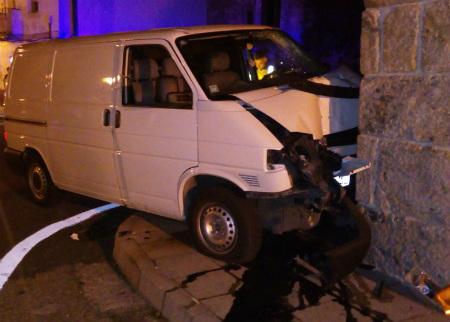 Un hombre de 58 años muere en A Cañiza tras chocar la furgoneta que conducía contra una casa