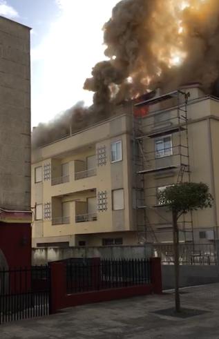 Arde el ático de un edificio en Playa América