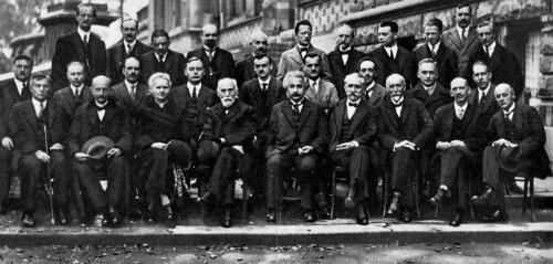 Marie Curie con algunos de los científicos más importantes de su tiempo, entre ellos, los también Premio Nobel Schrödinger, Pauli, Planck, Bohr, Lorentz, Heisenberg, De Broglie o Albert Einstein, durante uno de los Congresos Solvay