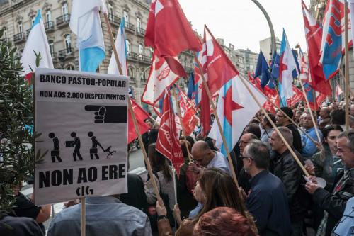 empleados-del-popular-y-pastor-manifestandose-en-vigo