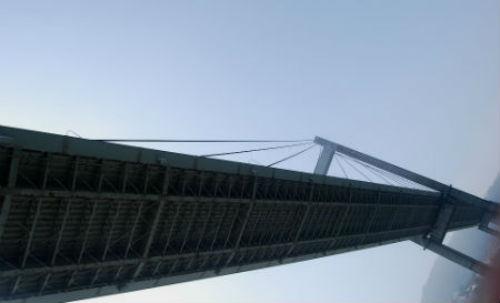 El hombre había llegado al puente entrando por la zona de las obras de ampliación