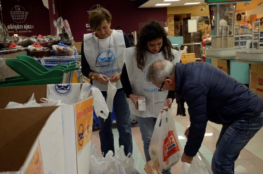 voluntarios-recogiendo-comida