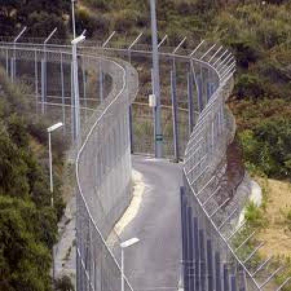 Unos 200 inmigrantes entran en Ceuta a través de la valla