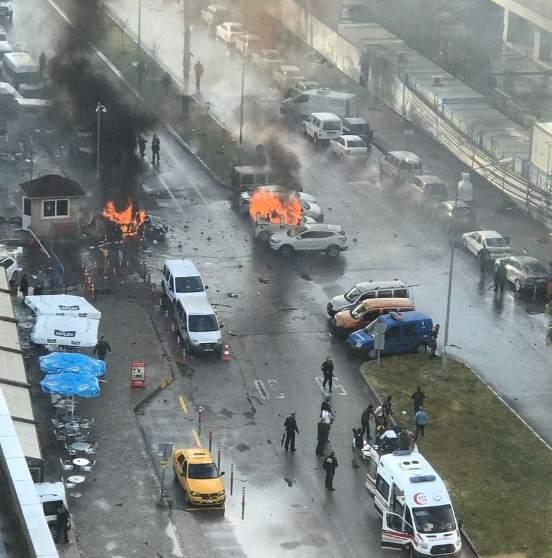 Dos terroristas que han sido abatidos matan a dos personas con un coche bomba en la ciudad turca de Esmirna