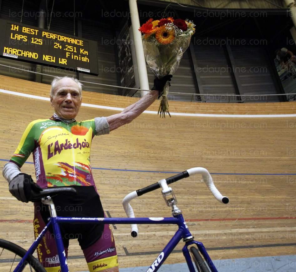 Este hombre, Robert Marchand, de 105 años, intentará batir el récord de velocidad en bicicleta
