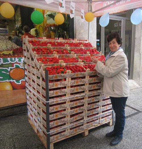 El alcalde entrega a una vecina de O Calvario su peso en fresas de la cadena viguesa Frutas Sol