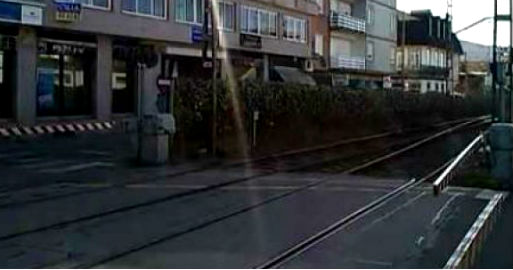 Tienen que retirar de las vías de Porriño, cerca del paso a nivel, un coche que se metió en las mismas por error