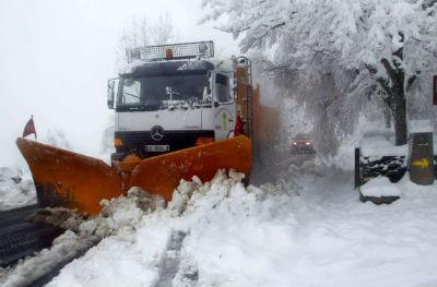 Operarios e máquinas da Deputación de Lugo traballan para retirar a neve en O Courel, Pedrafita e Cervantes