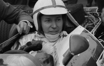 Muere a los 83 años Sir John Surtees, único piloto que ha ganado el título mundial en F-1 y en motociclismo