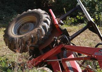 Un hombre de 92 años muere en A Estrada tras quedar atrapado cuando ha volcado el tractor que conducía