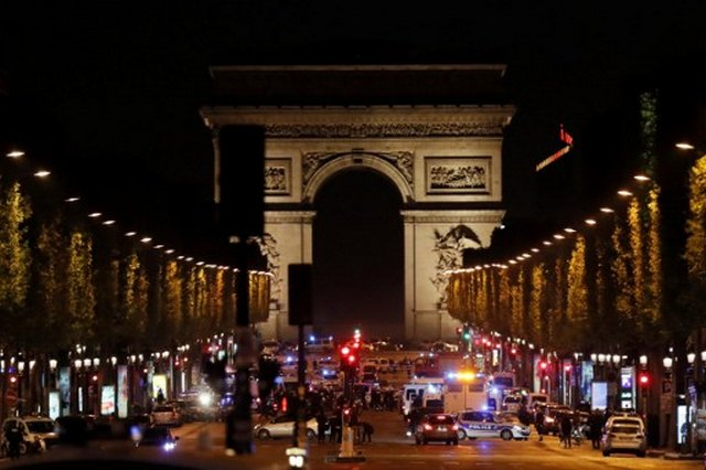 Un policía muerto y otros dos heridos graves tras ser tiroteados en los Campos Elíseos, en París