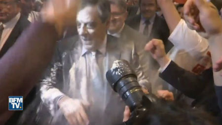 Embadurnan con harina al candidato de la derecha francesa a la Presidencia, François Fillon