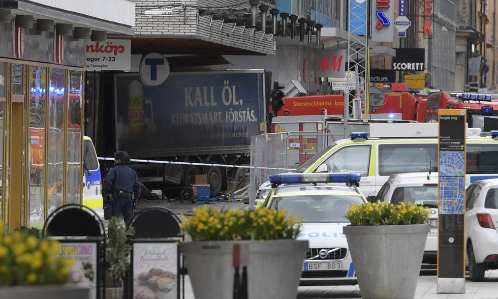 Al menos, 3 muertos y 8 heridos en Estocolmo tras ser atropellados por un camión en un ataque terrorista