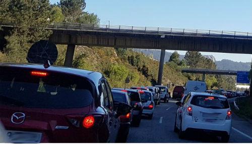 Caravanas kilométricas en dirección Porriño a causa del aparatoso accidente de un camión