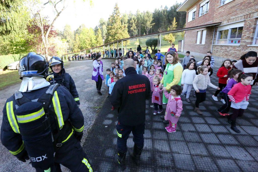 Bombeiros de Ponteareas realizan un simulacro de incendio no colexio Santiago de Oliveira