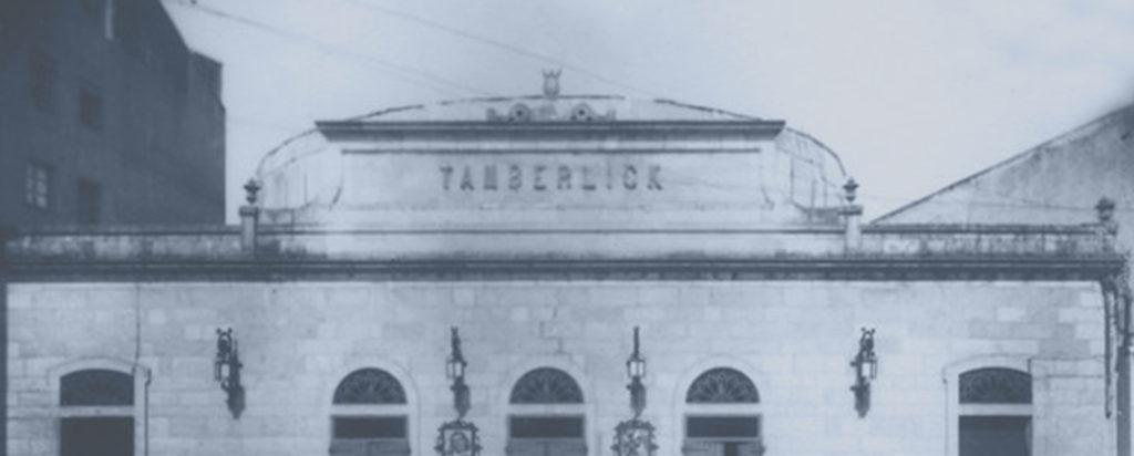 O antigo teatro Tamberlick, na rúa Eduardo Iglesias, volve a proxectar este sábado o mesmo programa que en 1897