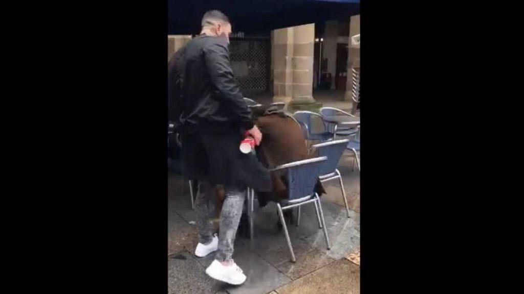 Un cobarde de una banda ultra del Betis agrede a un hombre que está en una terraza en el centro de Bilbao