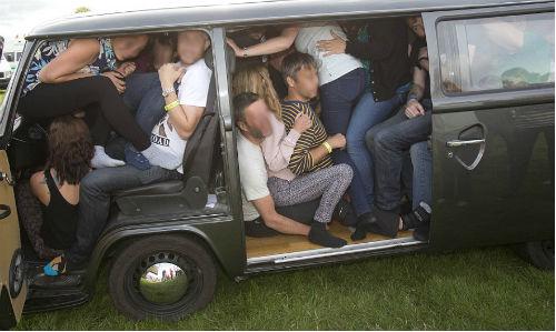 Investigan al conductor de una furgoneta de 9 plazas por llevar en ella a 27 personas