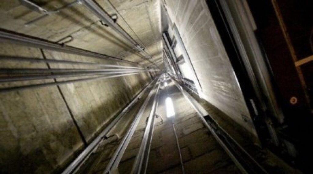 Dos policías locales heridos leves tras caer varios pisos un ascensor que utilizaban en un edificio de Travesía