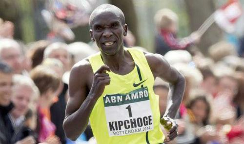 El campeón olímpico Eluid Kipchoge corre la maratón en 2 horas y 25 segundos