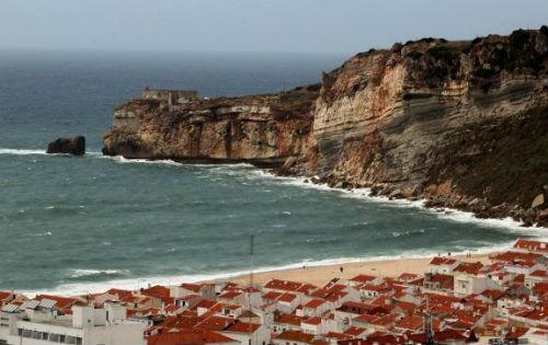 Dos españoles muertos al ser arrastrados por las olas en una playa de Nazaré, al norte de Lisboa